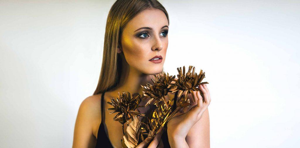 Model Studio Fotoshooting mit Gold Look